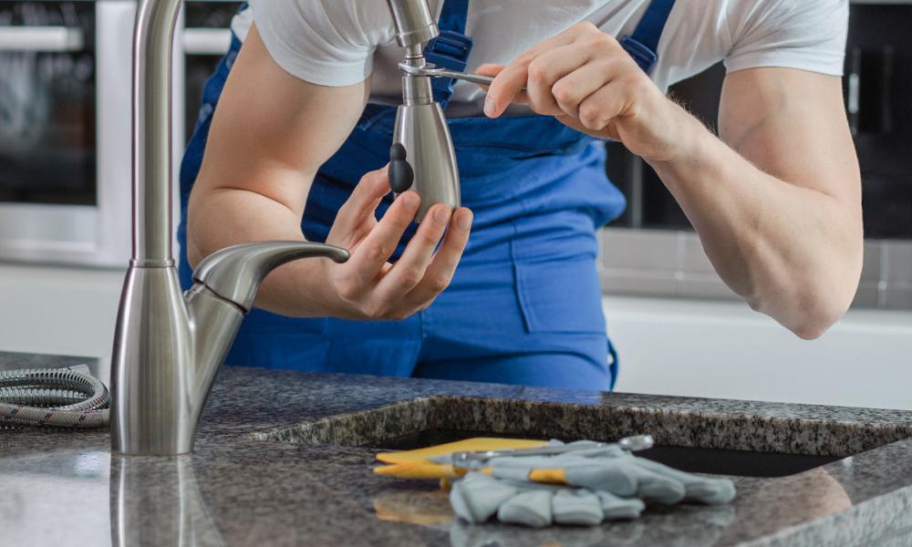 idraulico ripara rubinetto